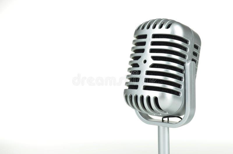 Microphone argenté de vintage sur le fond blanc photographie stock libre de droits