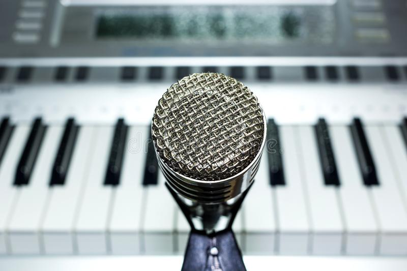 Microphone argenté sur le plan rapproché de support image stock