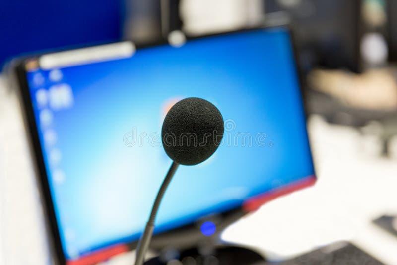 Microphone au studio d'enregistrement ou à la station de radio images libres de droits