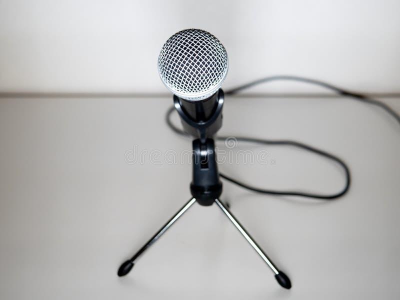 microphone avec le support et câble à l'arrière-plan blanc Conférence de presse photos libres de droits