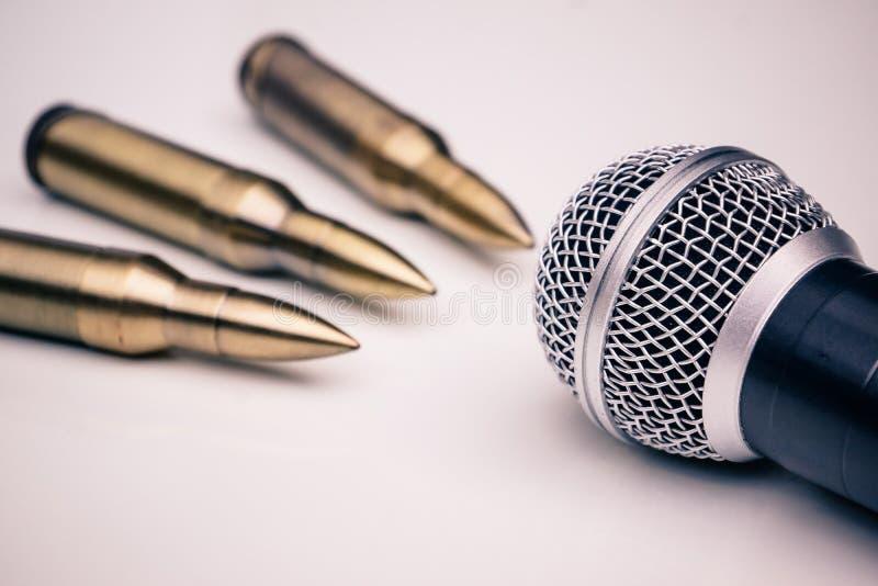 Microphone contre bullets photos stock