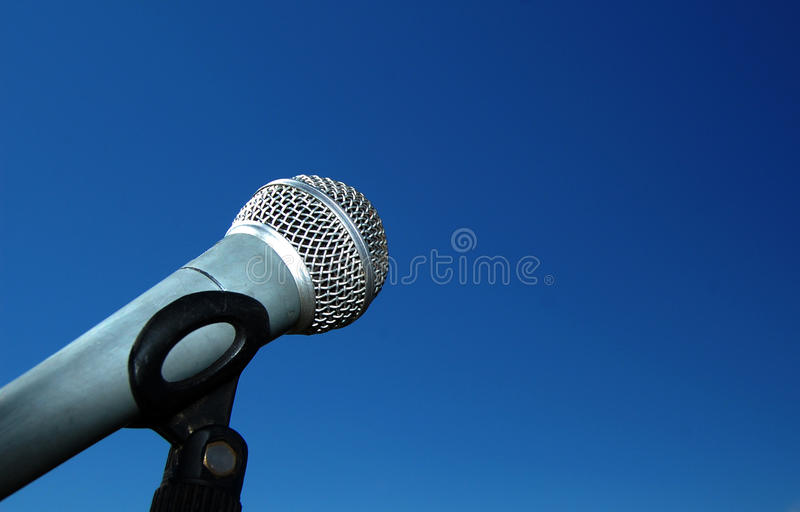 Microphone contre le ciel bleu photo libre de droits