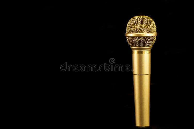 Microphone d'or sur le fond noir photo libre de droits