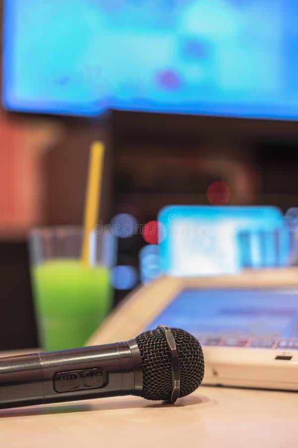 Microphone dans le club japonais de karaoke, avec le contrôleur à distance, dri photos stock