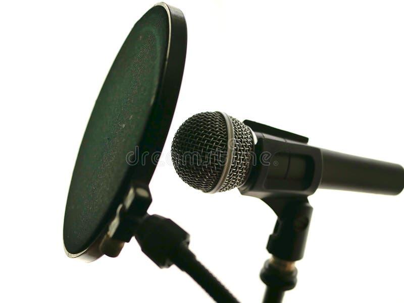Microphone dans le studio d'enregistrement pour la musique, chant, avec le filtre de bruit image stock