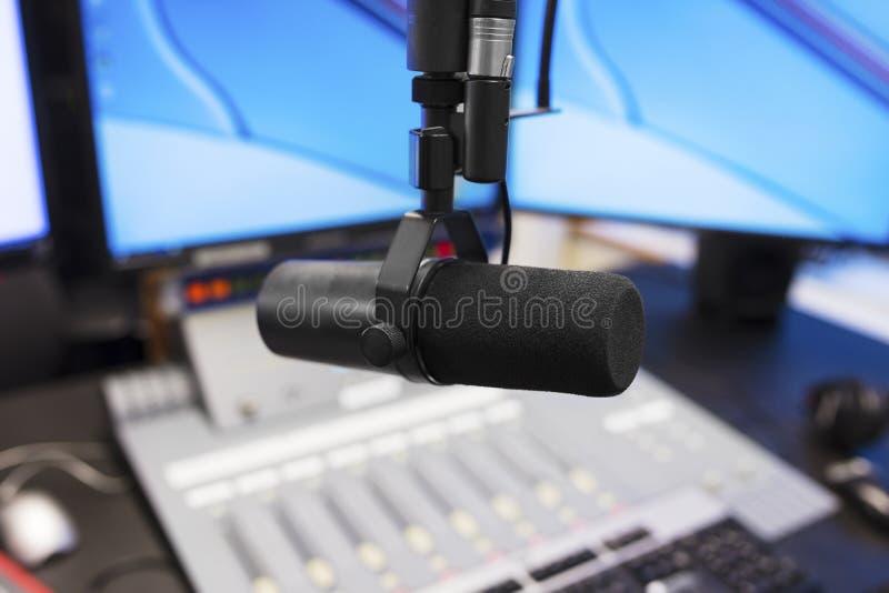 Microphone dans le studio de radiodiffusion moderne de station de radio photographie stock