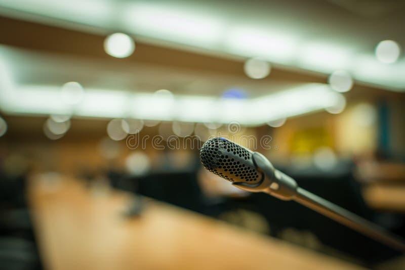 Microphone dans une salle de conférence images stock