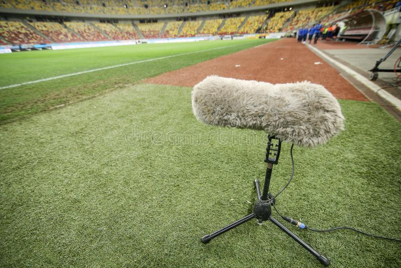 Microphone de boom velu sur l'herbe d'un stade photographie stock