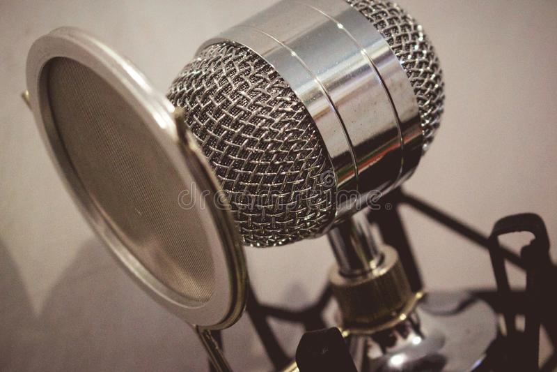 Microphone de condensateur élégant images stock