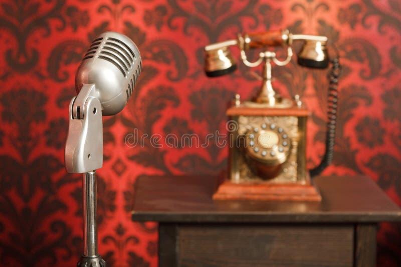 Microphone de cru à l'arrière-plan un téléphone images stock