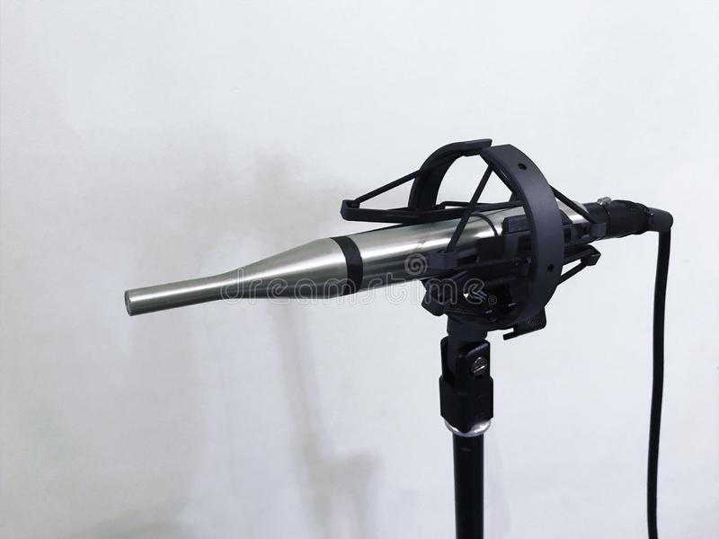 Microphone de mesure au studio sain sur le fond blanc photo stock