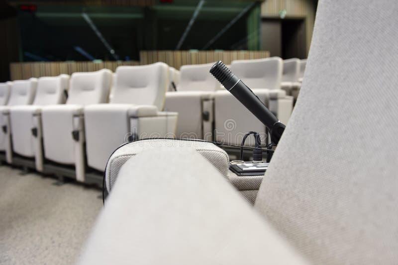 Microphone de presse dans une salle de conférence photos stock