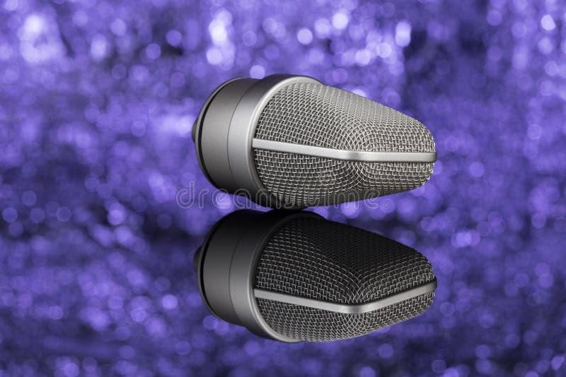 Microphone de Profoseional à l'arrière-plan unfocused mic photo stock