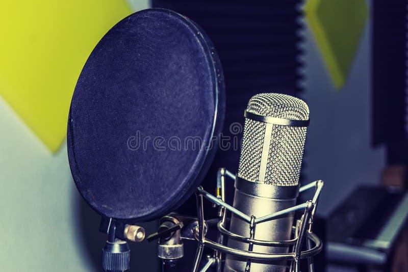 Microphone de studio au studio d'enregistrement photos libres de droits