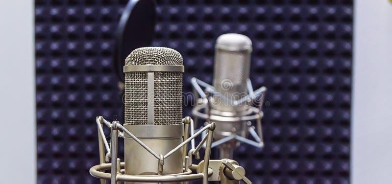 Microphone de studio au studio d'enregistrement photo libre de droits