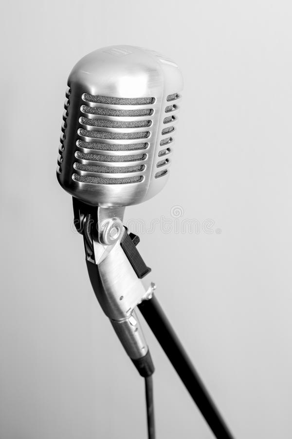 Download Microphone de vintage image stock. Image du rendement - 77160531