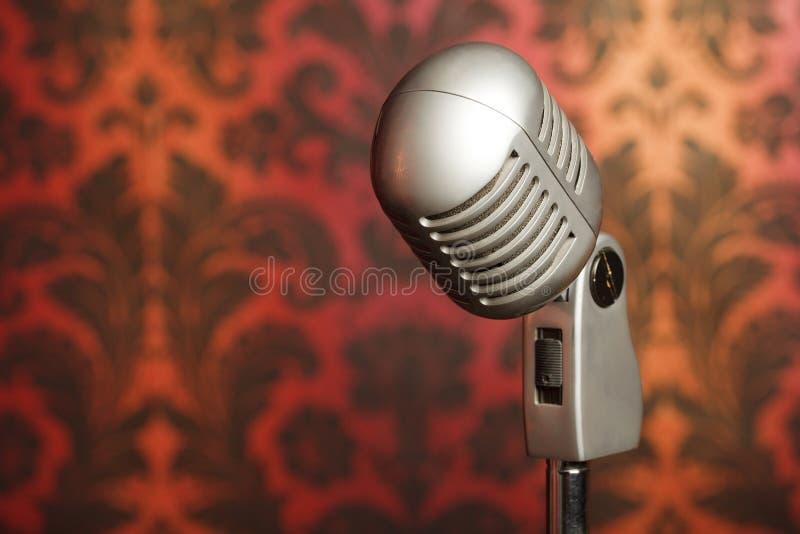 Microphone en métal de cru sur le fond de papier peint photos stock
