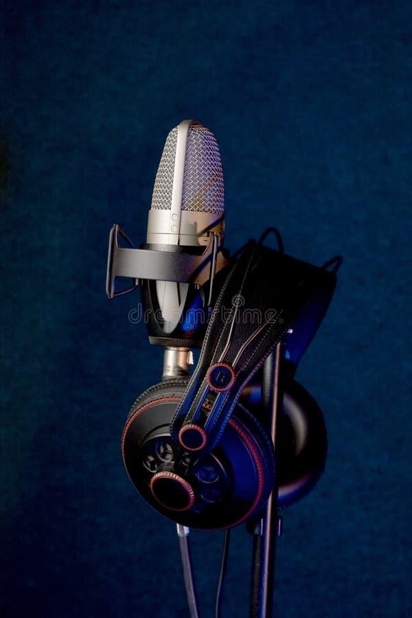 Microphone et écouteurs de studio photographie stock