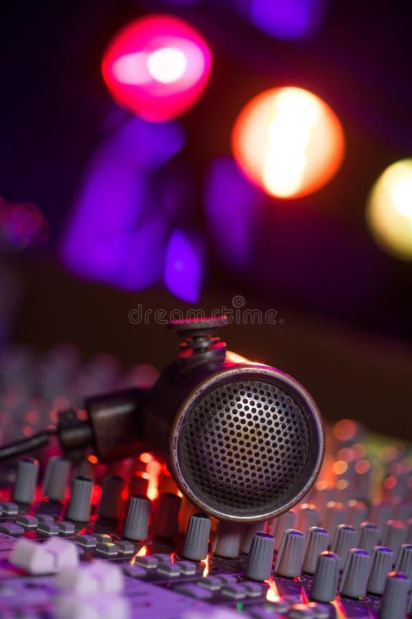 Microphone et écouteurs de vintage sur le panneau sale de mixeur son images libres de droits