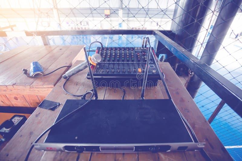 Microphone et contrôleur audio de mélangeur pour le terrain de football avec du Ne photo libre de droits