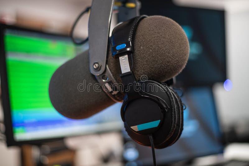 Microphone et ?couteurs par radio de studio photographie stock