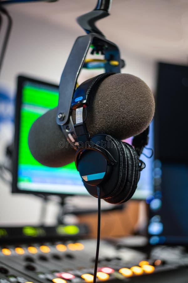 Microphone et ?couteurs par radio de studio images stock