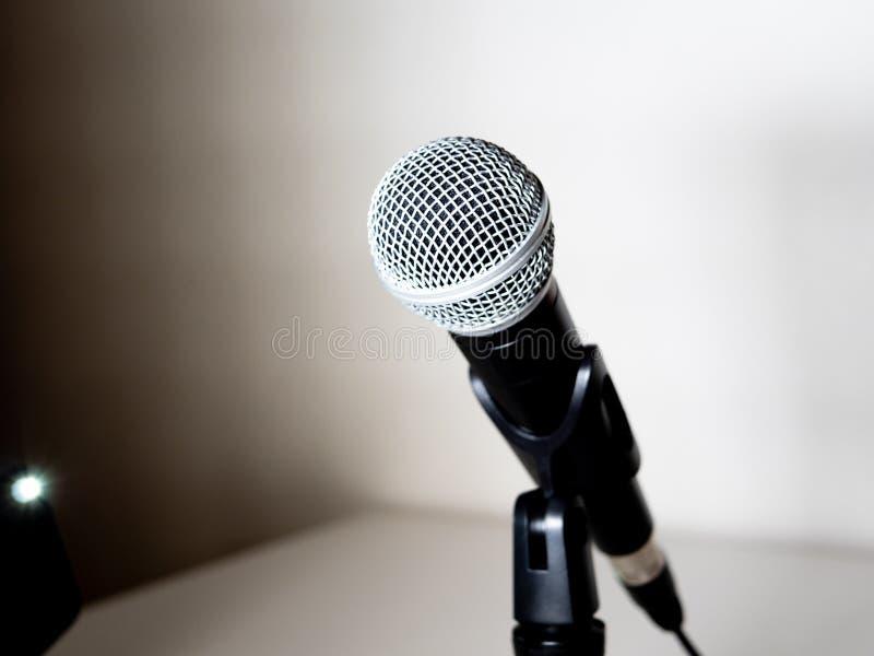 Microphone et support dans le blanc et le noir photo libre de droits