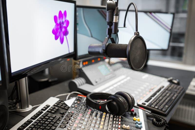 Microphone, mélangeurs de musique et écouteurs par des moniteurs dans la radio Stu photos stock