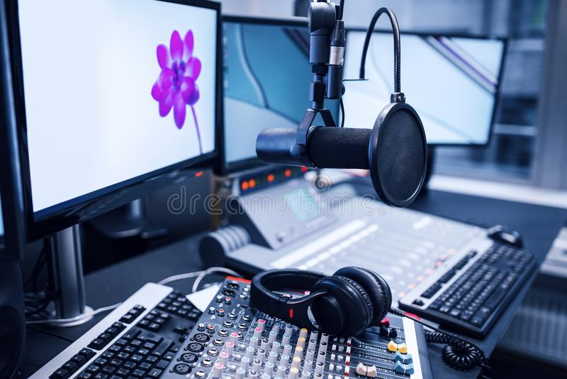 Microphone, mélangeurs de musique et écouteurs par des moniteurs dans la radio Stu image libre de droits