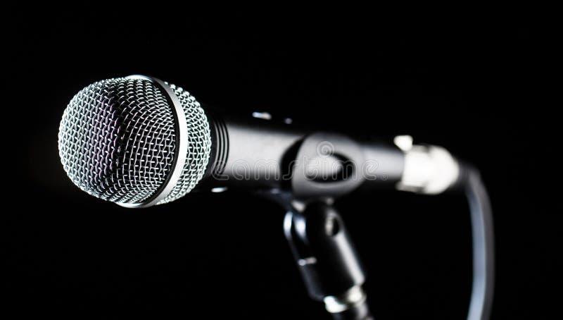 Microphone, MIC, karaoke, concert, musique de voix MIC audio vocale sur un fond de bleck Chanteur dans les karaokes, microphones image libre de droits