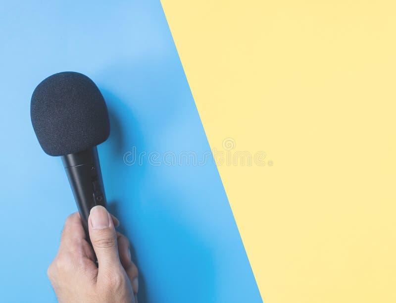 Microphone noir sur le jaune bleu pour le concept de musique photographie stock libre de droits