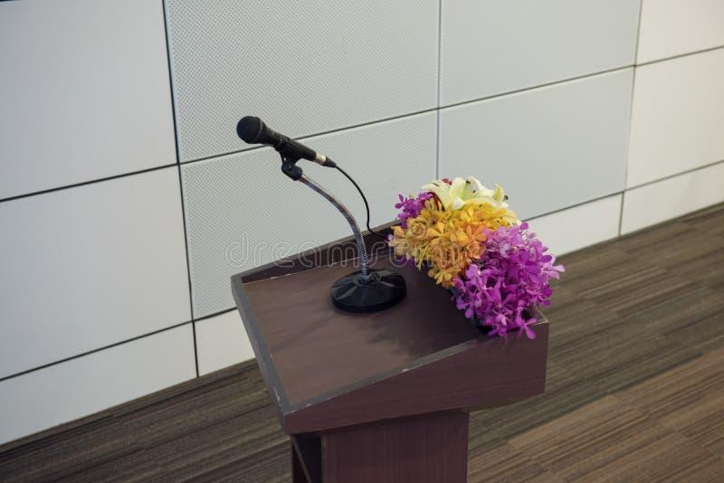 Microphone simple avec le support pour le lieu de séminaire ou de réunion photo libre de droits