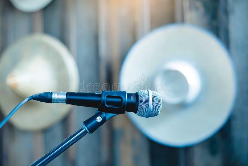 Microphone sur de support une étape de comédie  photographie stock libre de droits