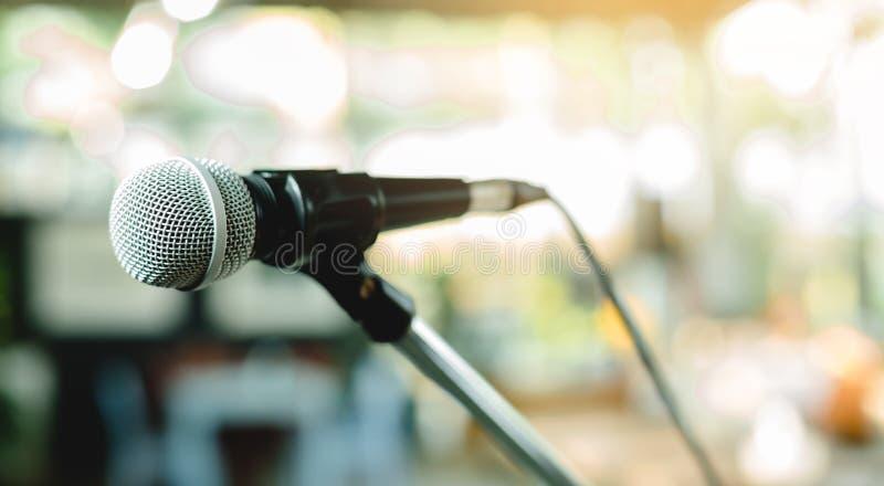 Microphone sur de support une étape de comédie  images stock