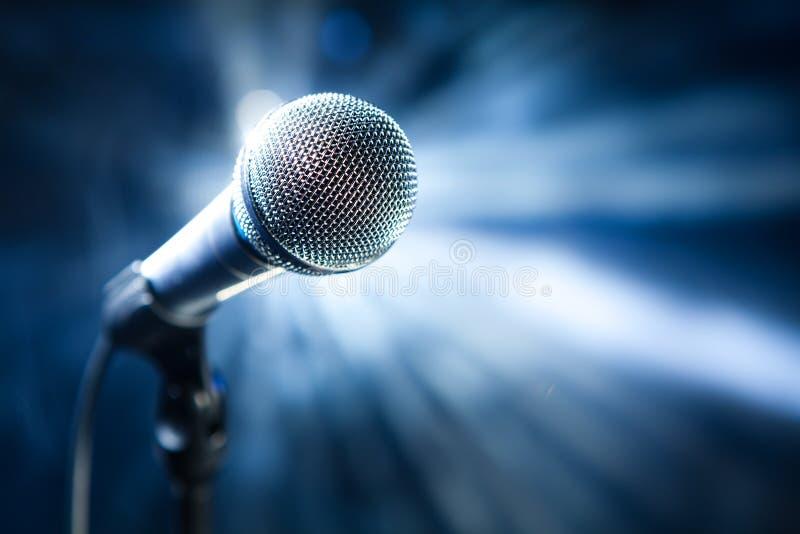 Microphone sur l'étape photographie stock