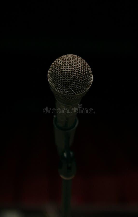 Microphone sur l'étape et hall vide pendant la répétition photographie stock libre de droits