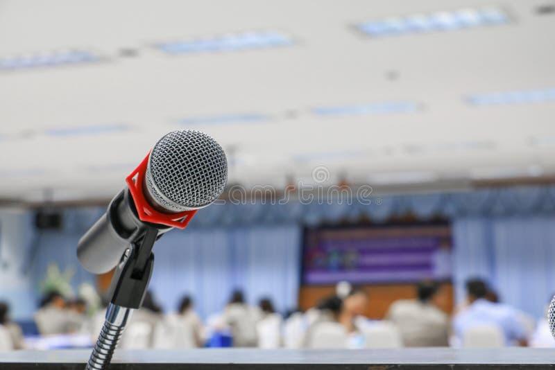 Microphone sur la fin de support dans la salle de conférence photos libres de droits