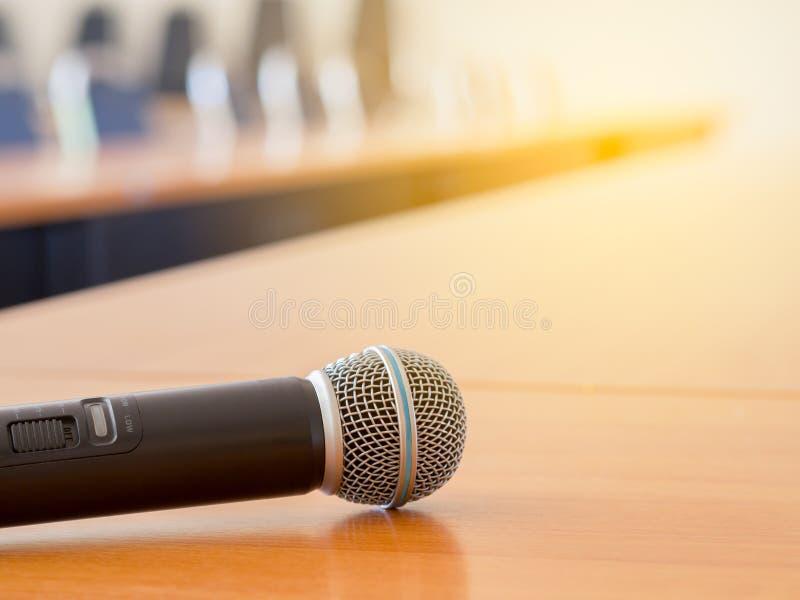 Microphone sur la table au lieu de réunion photo stock