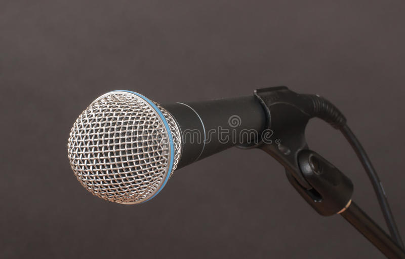 Microphone sur le charbon de bois image libre de droits