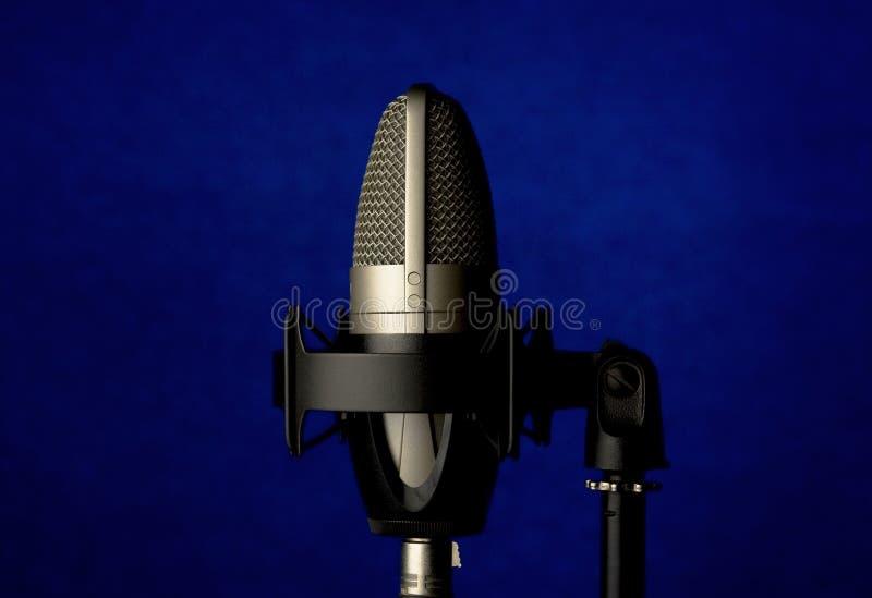Microphone sur le fond bleu photos stock