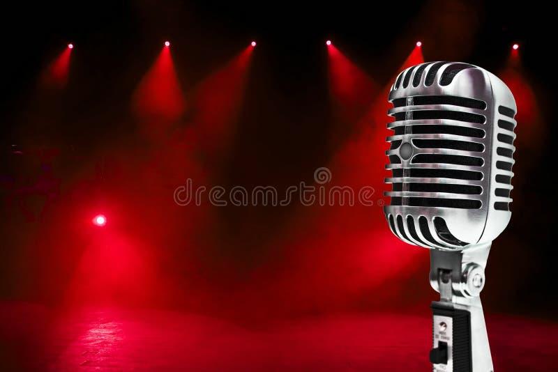 Microphone sur le fond coloré image stock