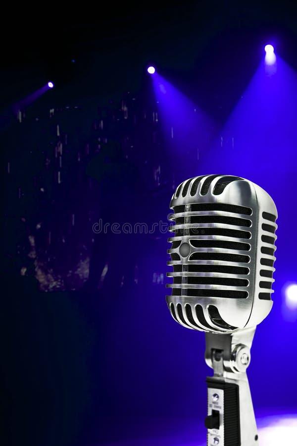 Microphone sur le fond coloré photo libre de droits