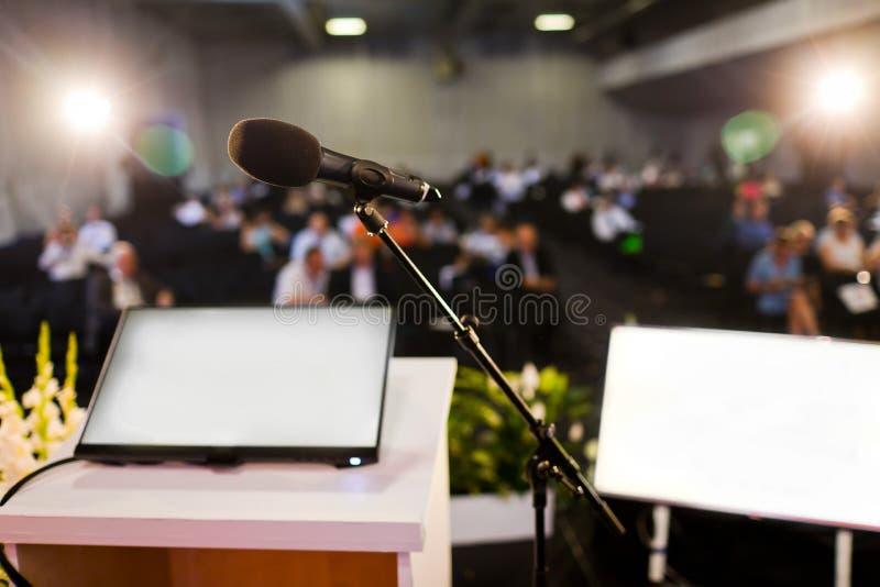 Microphone sur le hall du congrès images stock
