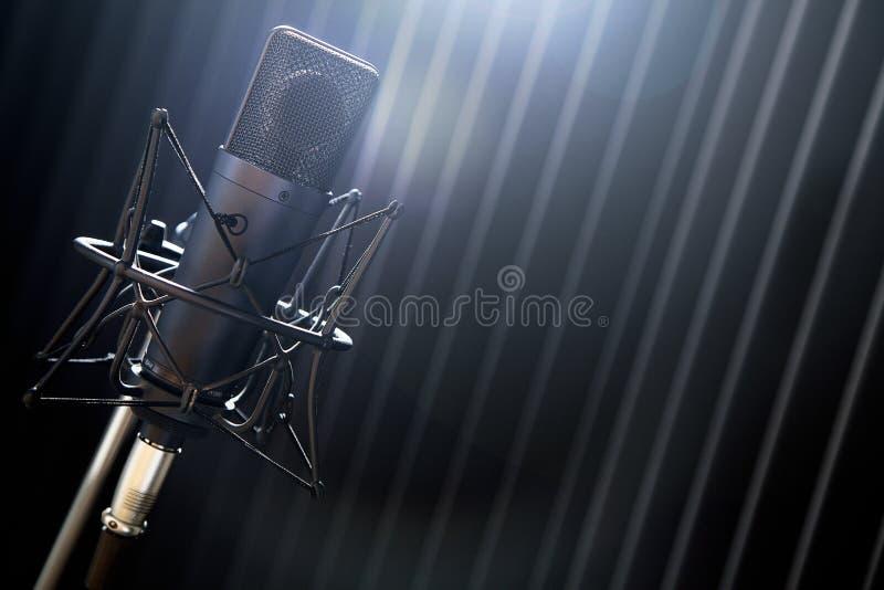 Microphone sur le support photos stock