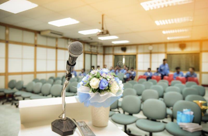 Microphone sur le support dans la salle de réunion ou de conférence image libre de droits