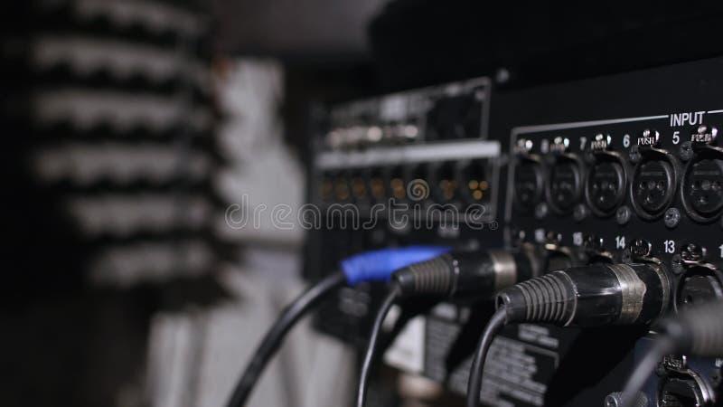 Microphone sur un support situé dans une cabine d'enregistrement de studio de musique sous la lumière discrète image libre de droits