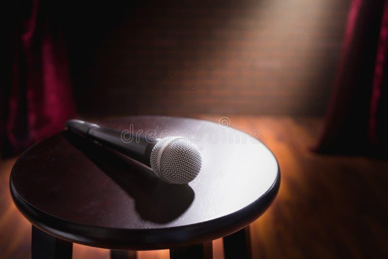 Microphone sur un tabouret en bois sur une étape photo libre de droits