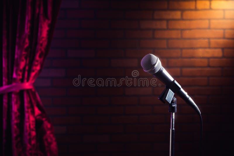 Microphone sur une étape images libres de droits