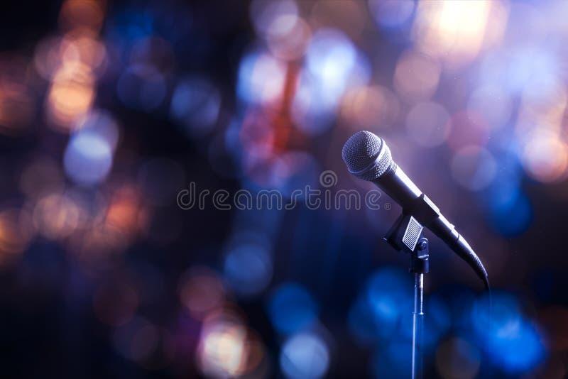Microphone sur une étape images stock