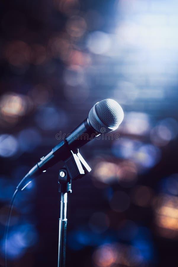 Microphone sur une étape photos stock
